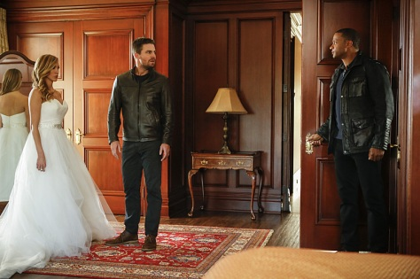 """Arrow -- """"Invasion!"""" -- Image AR508b_0250b.jpg -- Pictured (L-R): Katie Cassidy as Laurel Lance, Stephen Amell as Oliver Queen, and David Ramsey as John Diggle -- Photo: Bettina Strauss/The CW -- © 2016 The CW Network, LLC. All Rights Reserved."""